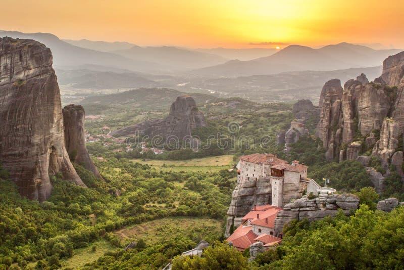 Monastério no por do sol, Grécia de Meteora Roussanou foto de stock royalty free