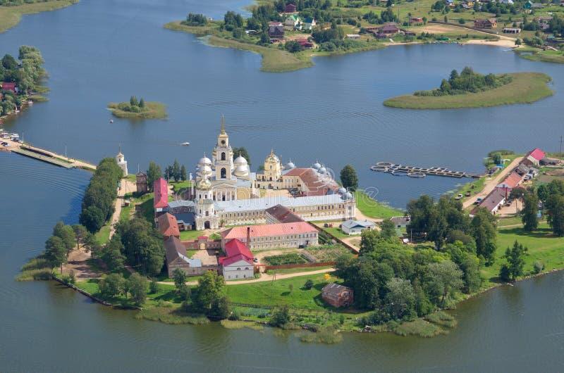 Monastério ortodoxo e lago Seliger, região de Tver, Rússia foto de stock