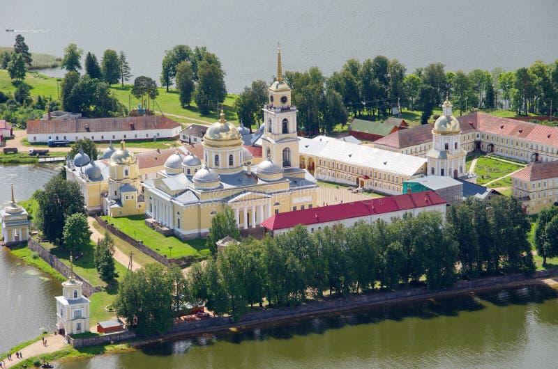 Monastério ortodoxo e lago Seliger, região de Tver, Rússia imagens de stock royalty free