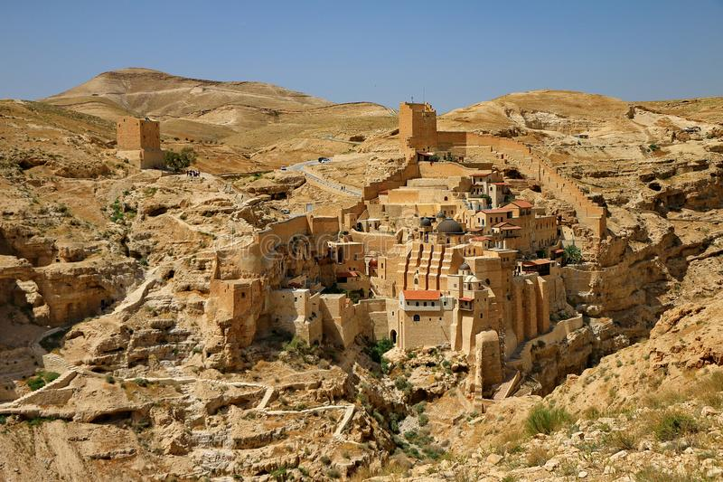 Monastério ortodoxo nas profundidades do deserto de Judaean fotografia de stock