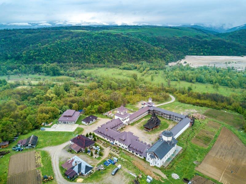 Monastério perto dos desfiladeiros de Nera, Banat de Nera, Romênia imagens de stock