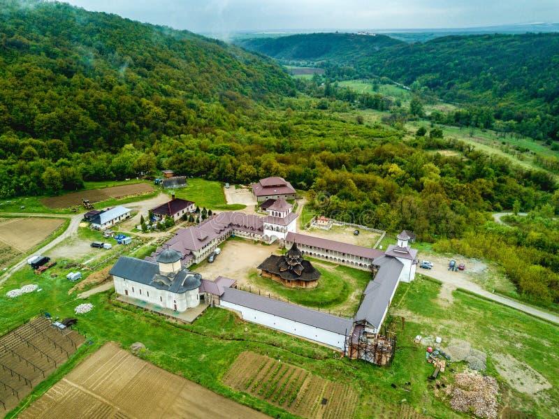 Monastério perto dos desfiladeiros de Nera, Banat de Nera, Romênia imagens de stock royalty free