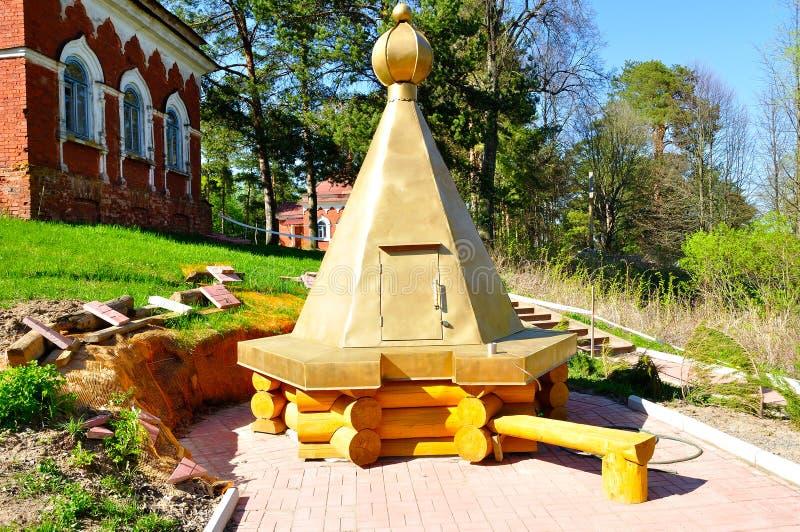 Monastério restaurado de madeira bem no território de Peryn Skete perto de Veliky Novgorod, Rússia fotografia de stock