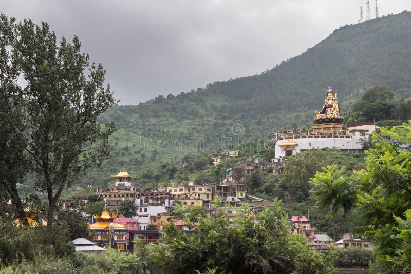 Monastérios budistas de Rewalsar, montes Himalaias, do norte imagens de stock