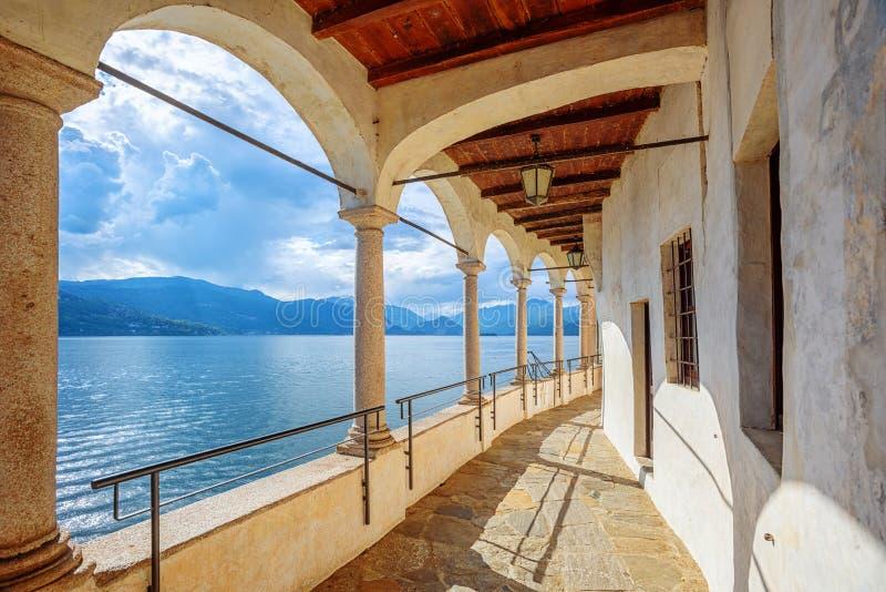 Monast?rio de Santa Caterina del Sasso no lago Lago Maggiore, It?lia fotografia de stock