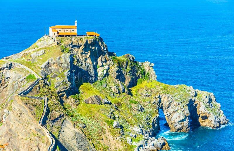 Monaster na górze falezy przy San Juan De Gaztelugatxe, Baskijski kraj, Hiszpania zdjęcie stock