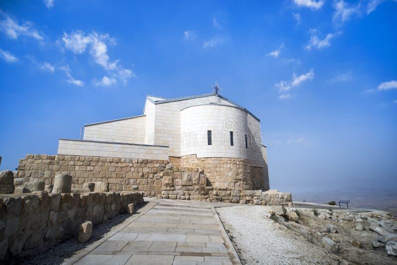 Monaster na górze Nebo Piękny stary na górze góry na niebieskiego nieba tle Miejsce Mojżeszowa śmierć obraz royalty free