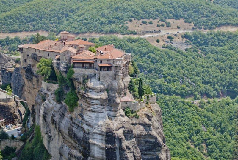 Monaster od Grecja, wielki widok z zielonym lasem w plecy fotografia stock