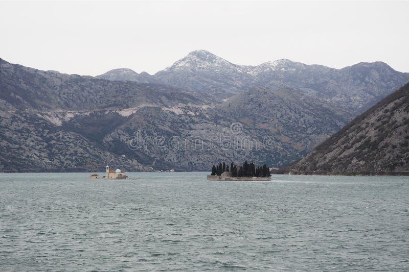 Monaster po środku jeziora zdjęcie royalty free
