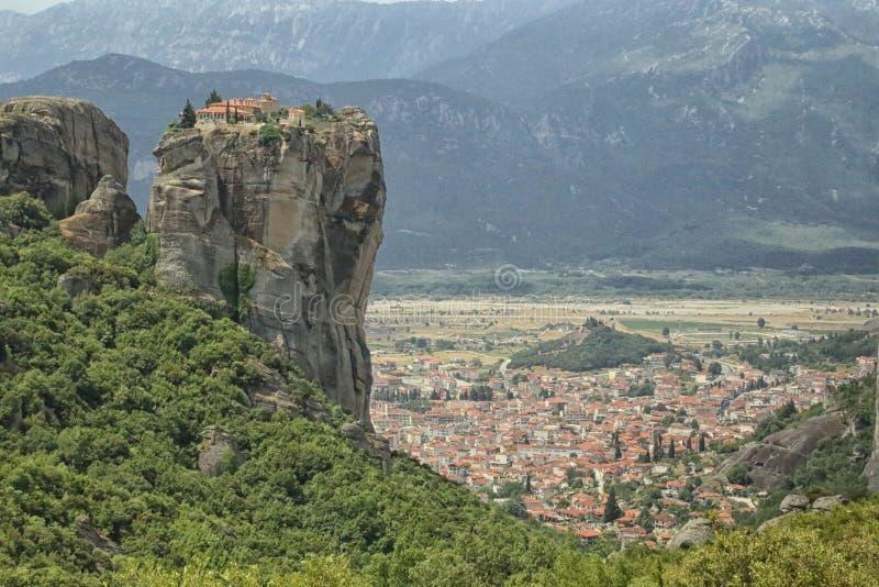 Monasterio antiguo que se eleva sobre la ciudad de Kalambaka, Grecia fotografía de archivo