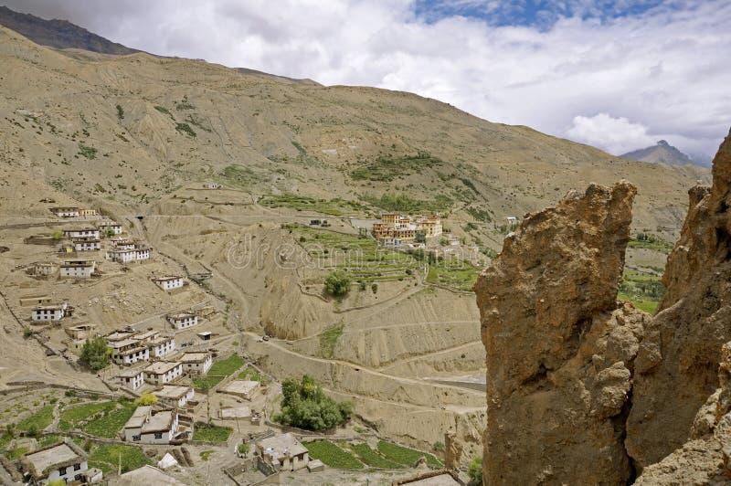 Monasterio budista antiguo en el desierto a gran altitud de la montaña imagen de archivo libre de regalías