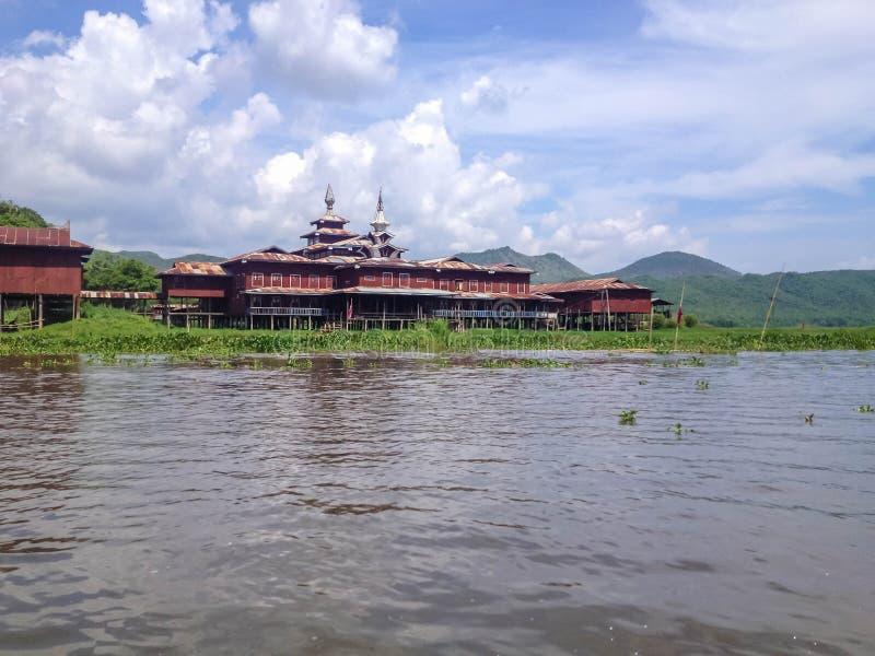 Monasterio budista burmese de madera en el lago Inle foto de archivo libre de regalías