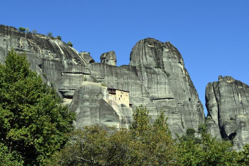 Monasterio, cielo y montañas de Meteora imagenes de archivo