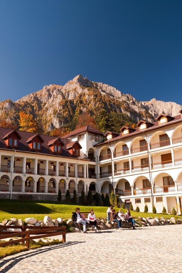 Monasterio de Caraiman de la opinión de la yarda de Busteni Rumania imagen de archivo libre de regalías