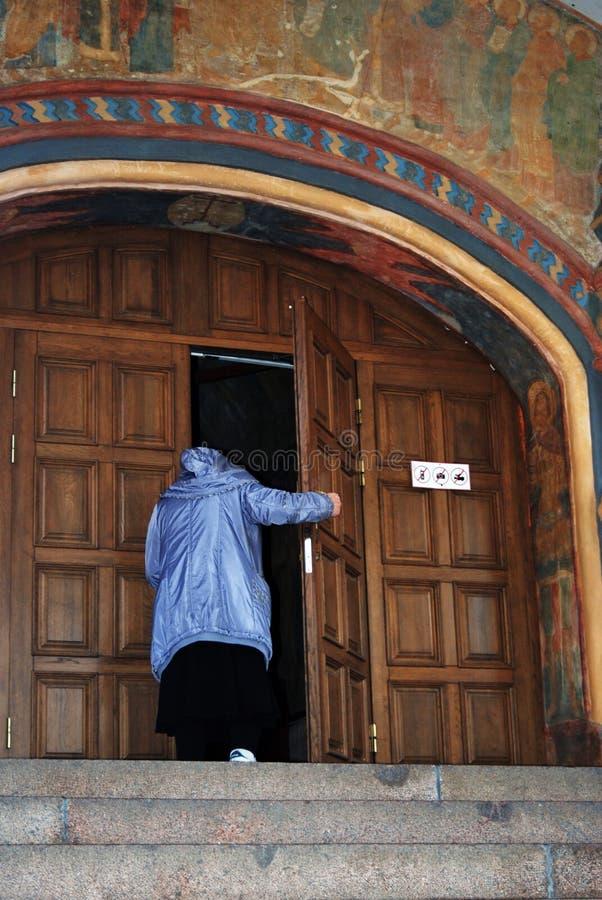Monasterio de Ipatevsky en Kostroma, Rusia Puertas de entrada viejas de la iglesia foto de archivo