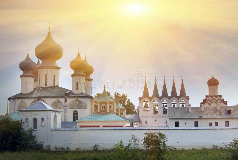 Monasterio de la suposición de Tikhvin, un ortodoxo ruso, Tihvin, región de St Petersburg, Rusia fotos de archivo
