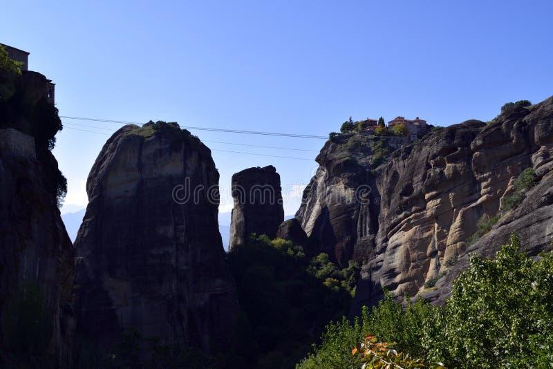 Monasterio de Meteora detrás de las sombras foto de archivo