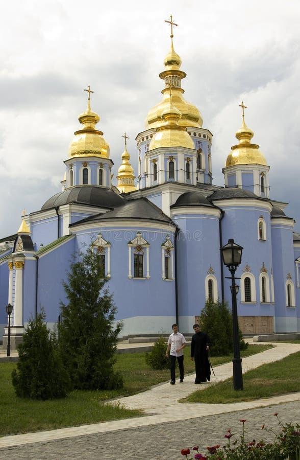 Monasterio de Mikhailovsky, monje y un hombre, Kiev Ucrania fotos de archivo libres de regalías