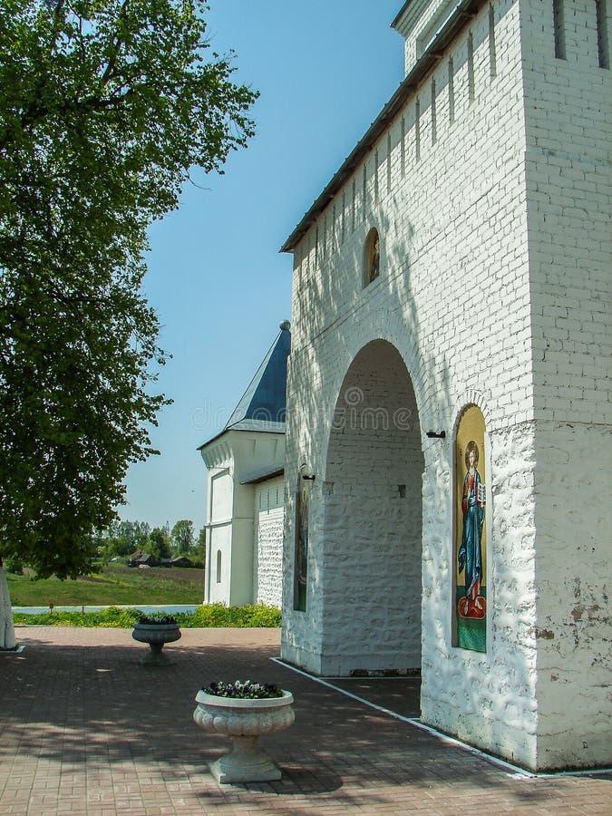 Monasterio de San Jorge en la ciudad rusa de la región de Meshchovsk Kaluga fotos de archivo