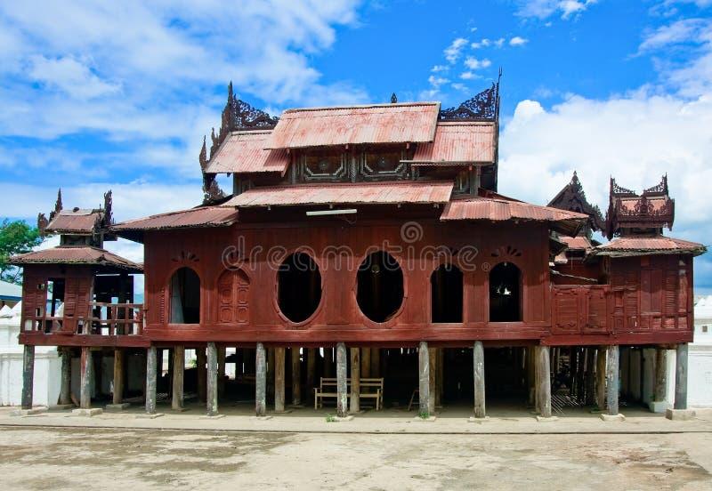 Monasterio de Shwe Yaunghwe Kyaung, lago Inle, Myanmar foto de archivo