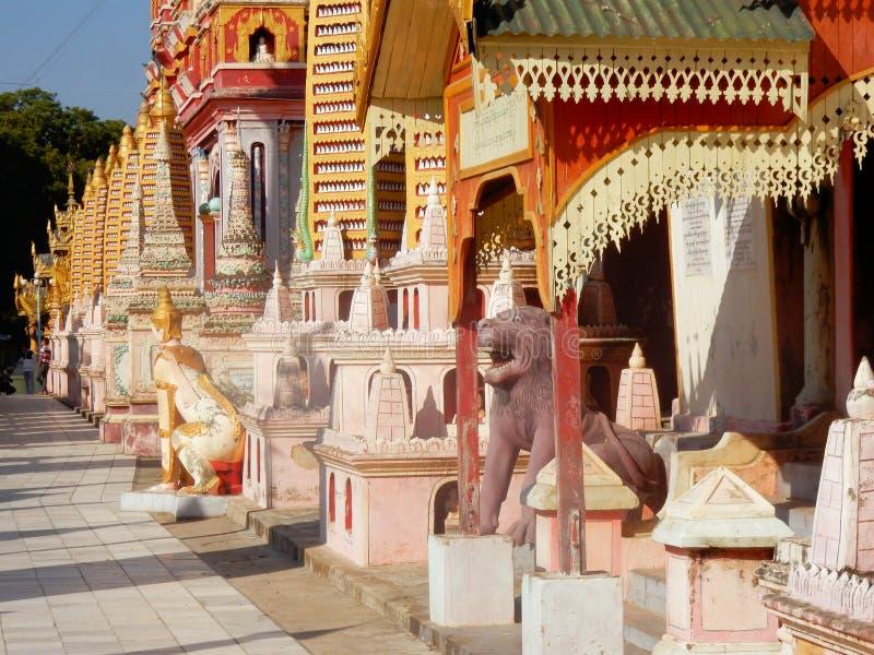 Monasterio de Thanboddhay, haber coloreado exuberante y adornado con las pequeñas pagodas, imágenes del templo budista, Myanmar imágenes de archivo libres de regalías