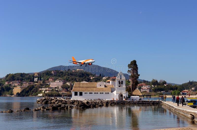 Monasterio de Vlacherna de Panayia y de un planeGreece del vuelo, isla fotos de archivo