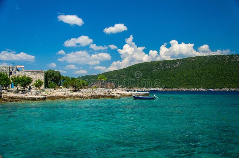 Monasterio e iglesia en la isla en la bahía de Boka Kotor, Montenegro foto de archivo libre de regalías