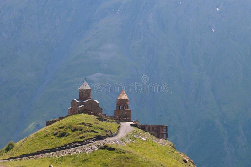 Monasterio en las montañas, Georgia fotos de archivo