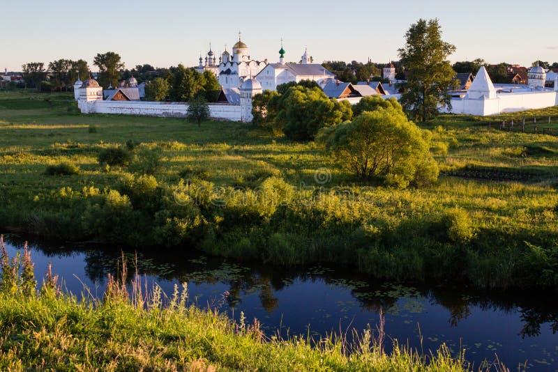 Monasterio en un riverbank imágenes de archivo libres de regalías