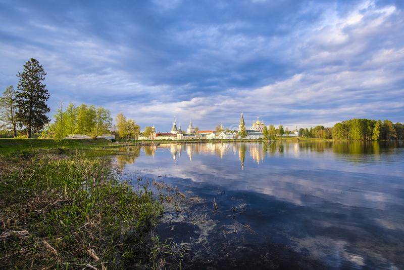 Monasterio en Valdai, Rusia de Iversky fotos de archivo