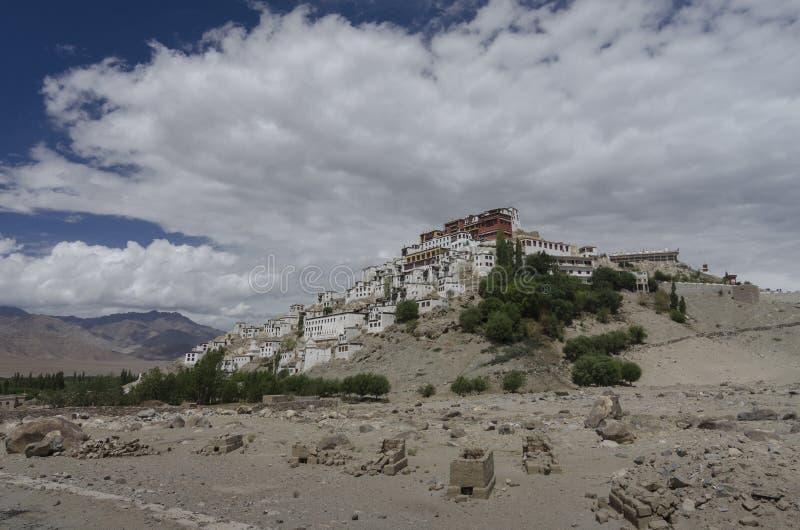 Monasterio famoso de Thiksay cerca de la ciudad del leh imagen de archivo libre de regalías