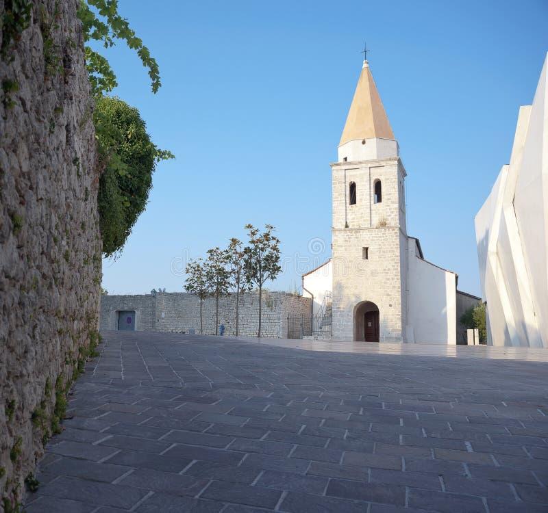 Monasterio franciscano en la ciudad de Krk. Isla de Krk, Croacia. imágenes de archivo libres de regalías