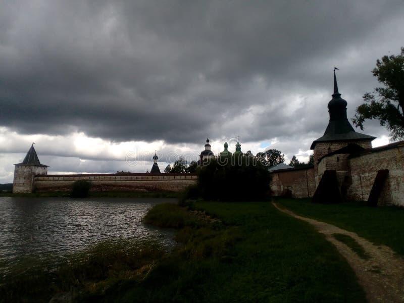 Monasterio, lago, cielo, puesta del sol imagenes de archivo