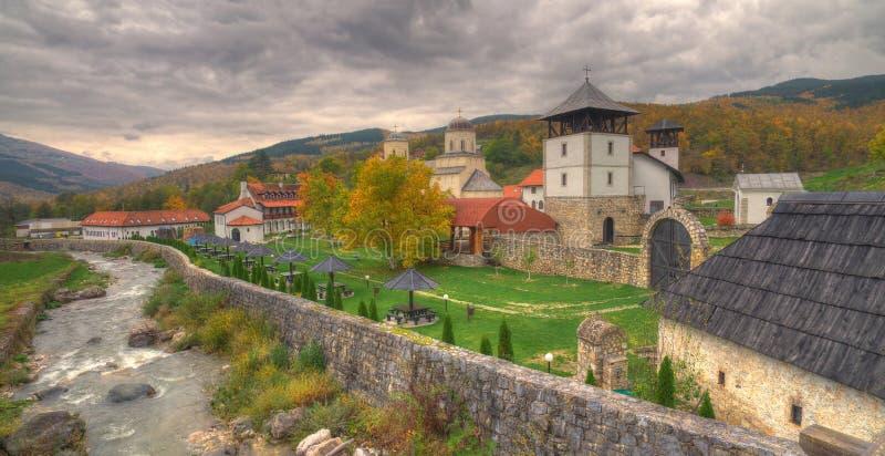 Monasterio Mileseva, Serbia occidental - imagen del otoño imagen de archivo