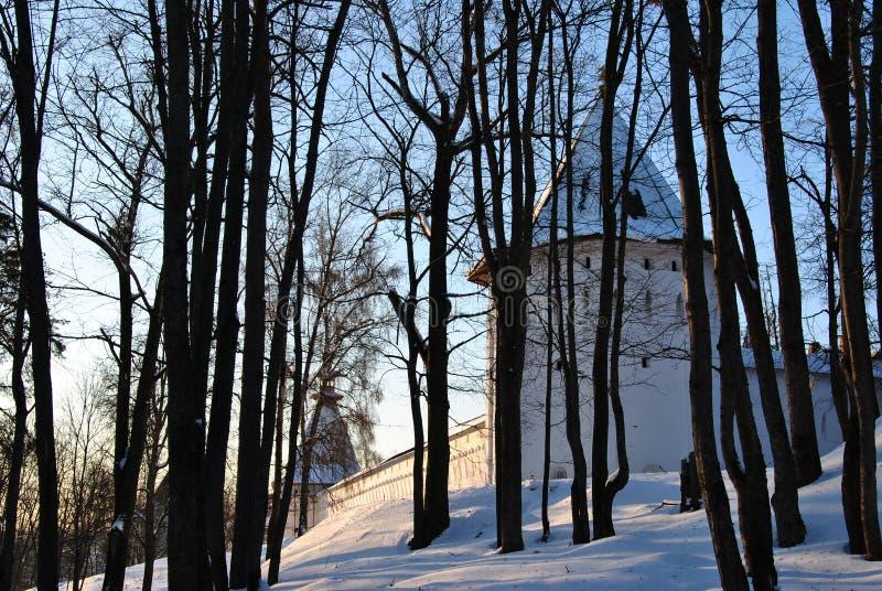 Monasterio ortodoxo en el bosque imagen de archivo