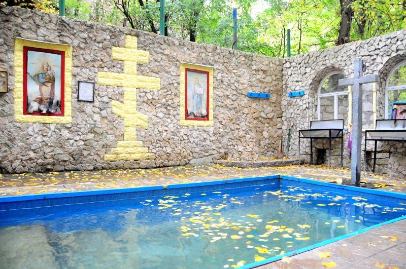 monasterio ortodoxo Saharna, República del Moldavia báñese, riegue ritualmente en la piscina para los creyentes imágenes de archivo libres de regalías