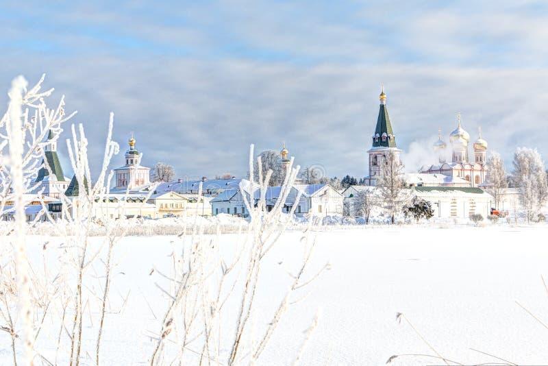 Monasterio por la mañana del invierno, helada Valdai, región de Novgorod, Rusia de Valdai Iversky fotografía de archivo