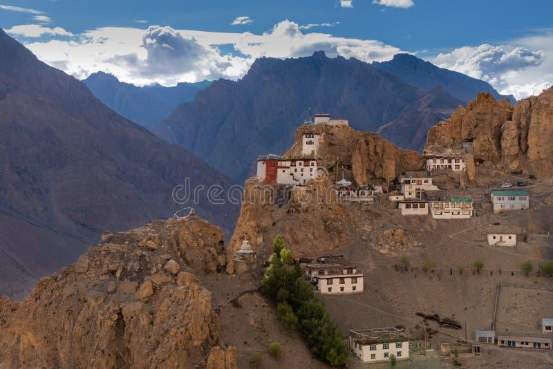 Monasterio tibetano encaramado en la montaña, templo budista imagenes de archivo