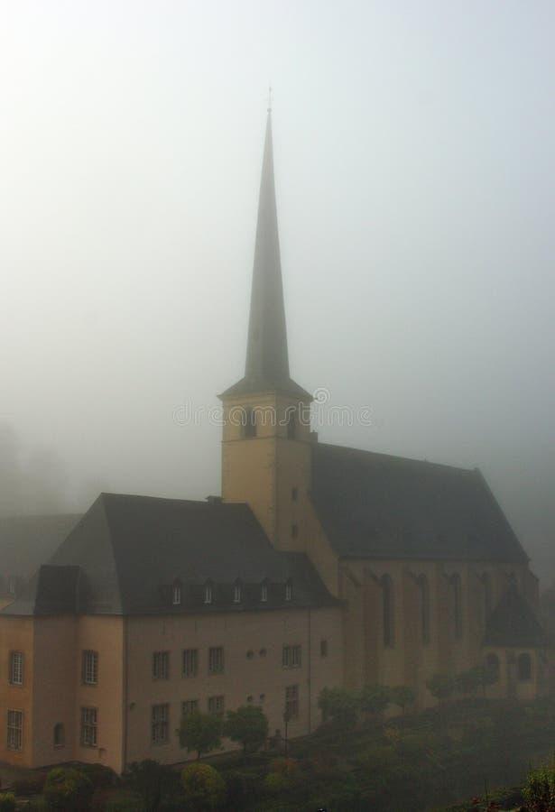 Monasterio viejo de Luxemburgo en la niebla fotos de archivo libres de regalías