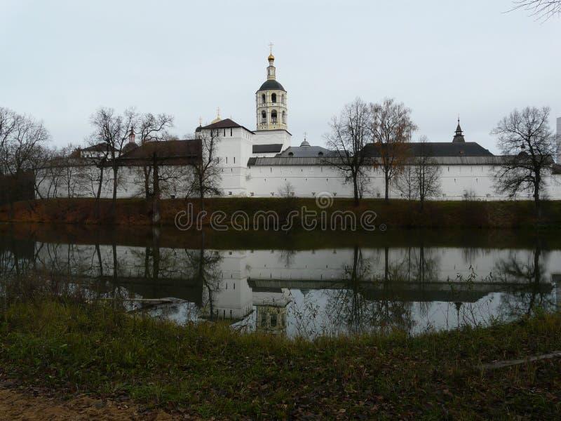 Monasterio y lago fotografía de archivo