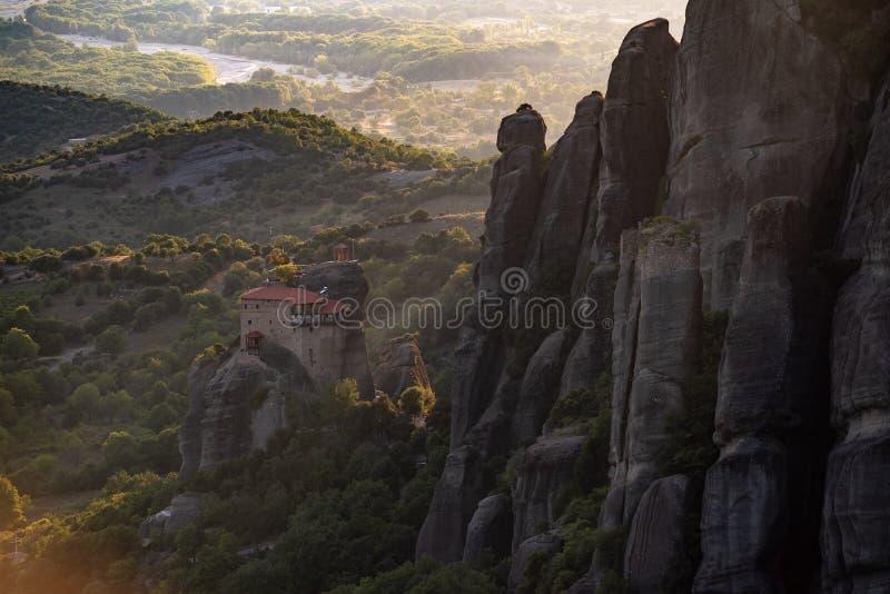 Monasterios de Meteora de Grecia en la puesta del sol imágenes de archivo libres de regalías