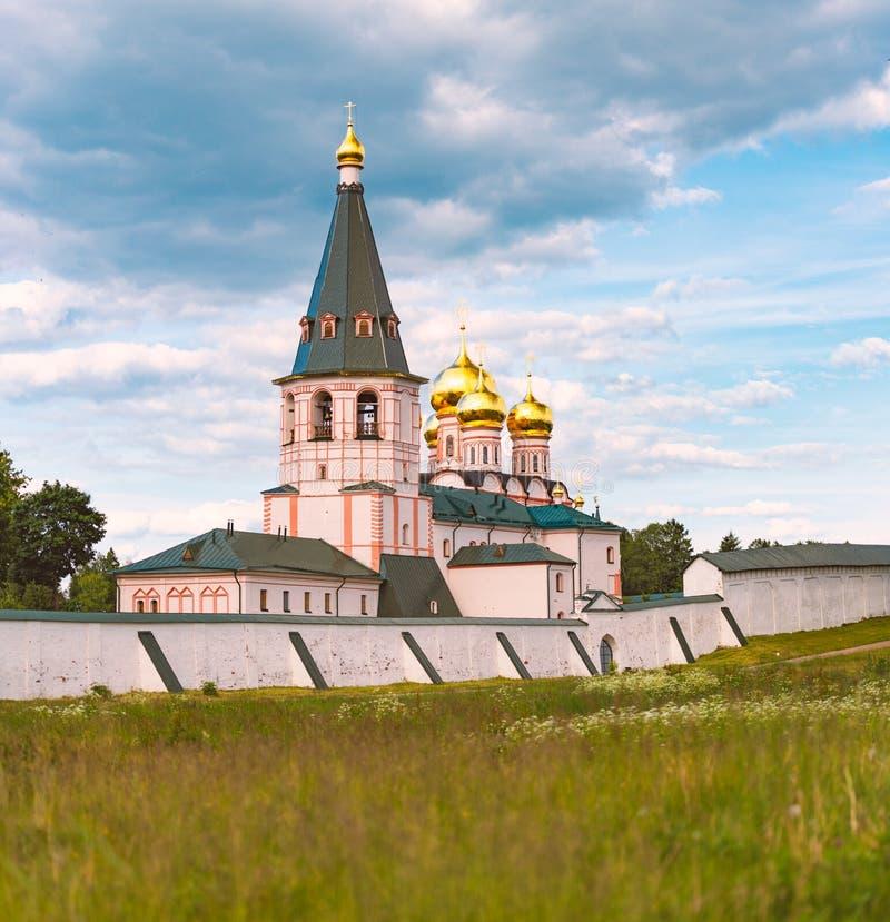 Monastero con le cupole della chiesa e del campanile fotografia stock