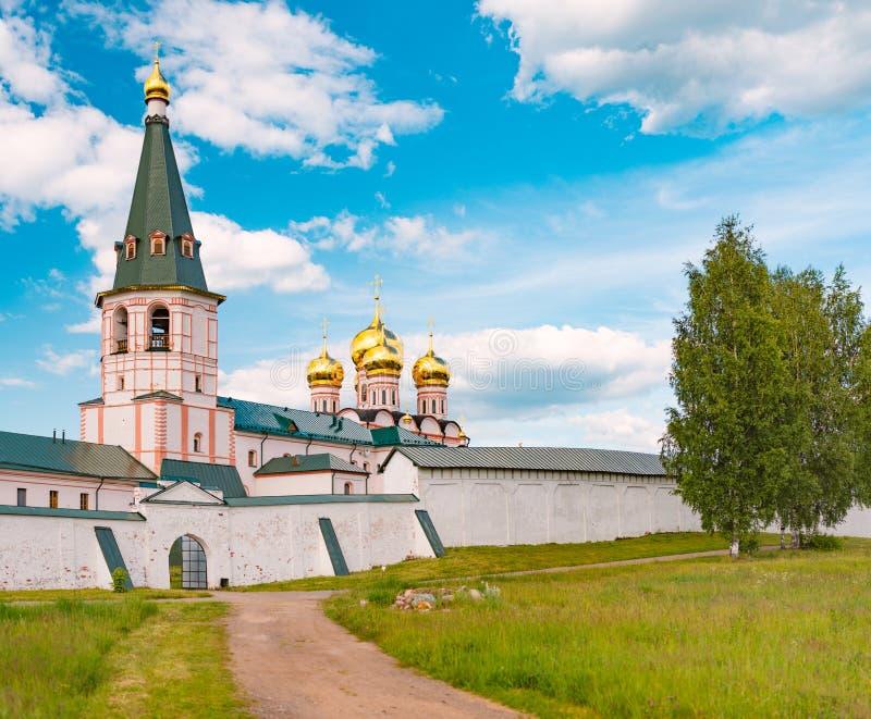 Monastero con le cupole della chiesa e del campanile immagine stock libera da diritti