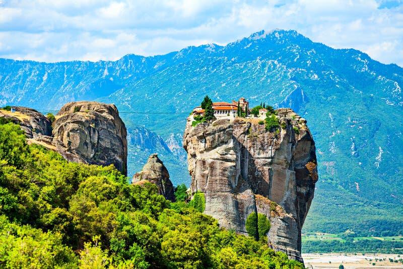 Monastero della trinità santa su una cima della roccia sui precedenti della catena montuosa fotografia stock libera da diritti