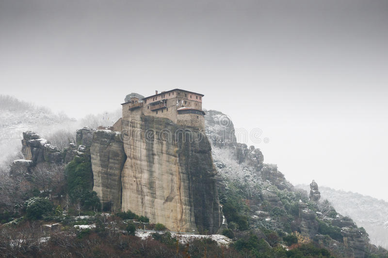 Monastero di Roussanou dalla strada in inverno fotografia stock