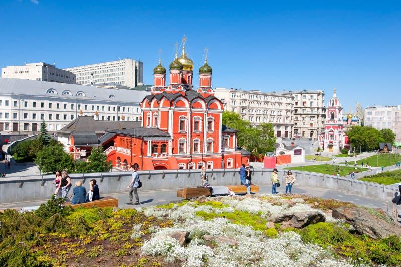 Monastero di Znamensky della cattedrale di Znamensky il precedente sui locali di area del parco di Zaryadye e gli ospiti di capit fotografia stock