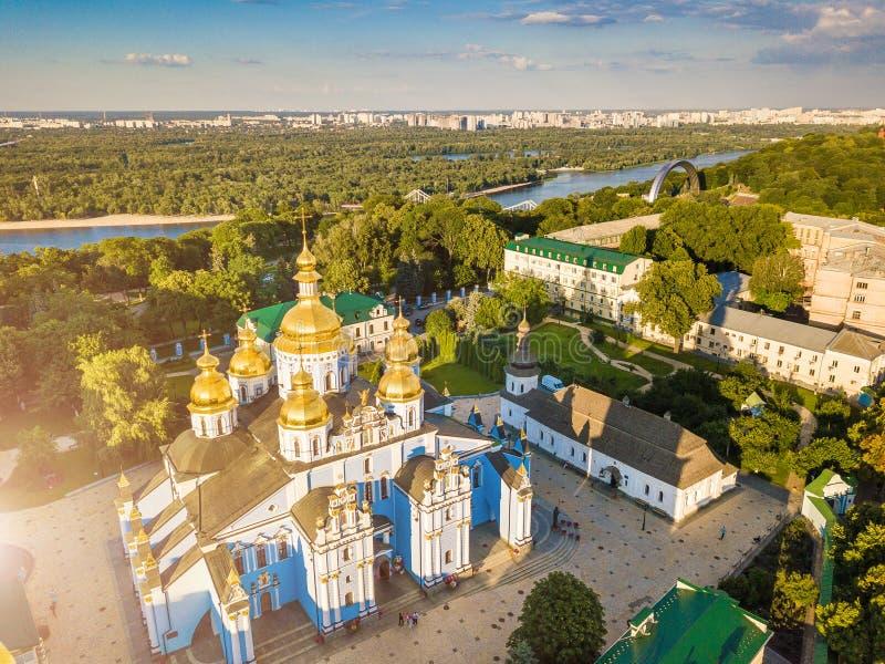 Monastero Dorato-a cupola del ` s di Kiev Ucraina St Michael Vista da sopra Foto aerea Vista della città del paesaggio a Dnipro immagine stock libera da diritti