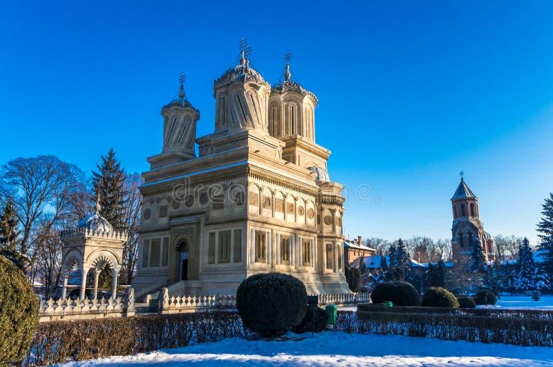 Monastero nell'inverno, Romania di Curtea de Arges fotografia stock libera da diritti