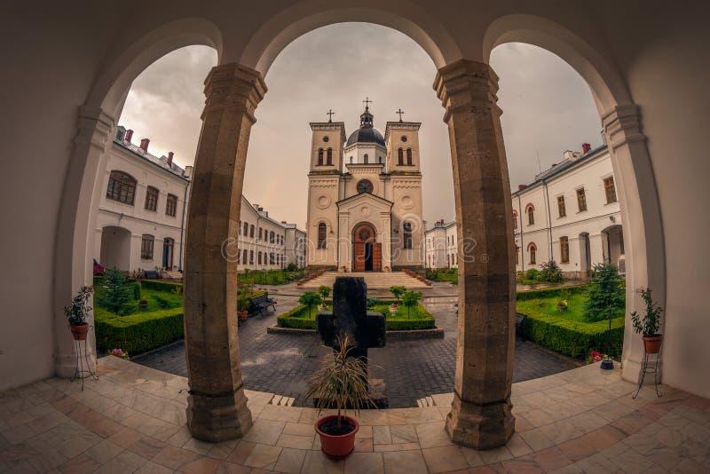 Monastero nella sera dopo una pioggia immagini stock