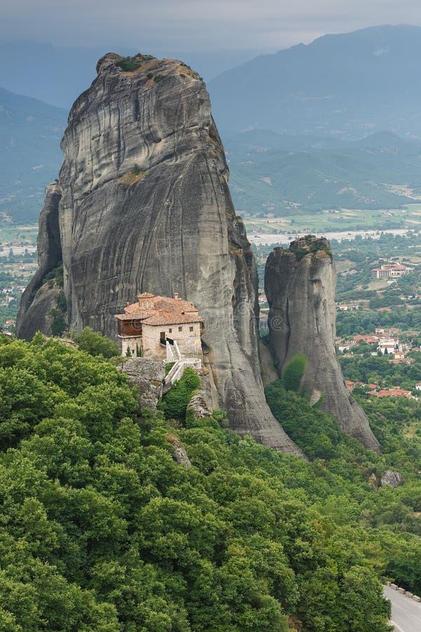 Monastero santo di Rousanou o della st Barbara, Meteora, città di Kalambaka nella distanza immagine stock
